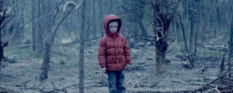 Veljekset pinteessä metsässä kauhuelokuvassa