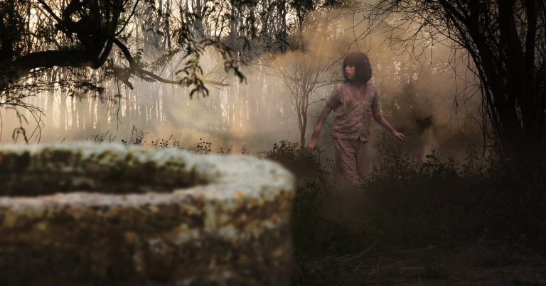Nyt Netflixissä: kauhuleffa Black Well – Kylän kohtalo on 10-vuotiaan tytön käsissä
